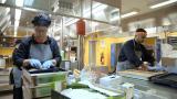 4 työntekijää tekee 1000 ihmisen ruuat – miltä hektinen työvuoro koulun keittiössä näyttää?