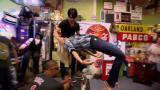 Huikea temppu: Criss Angel asettaa naisen miekankärkien varaan makaamaan
