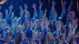 Lahden Gospelkuoro levittää musiikin ilosanomaa Talentin semifinaalissa – koko lava täyttyy kymmenistä esiintyjistä!